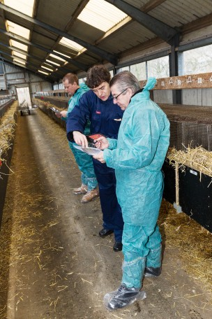 WelFur-Assessors-Training-Partciapants-with-device-at-Farm-March2015